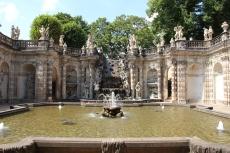 Der wohl bekannteste barocke Brunnen befindet sich im Dresdner Zwinger im Festungswall hinter dem französischen Pavillon.