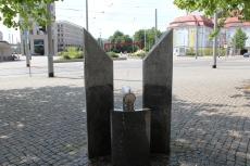 Bei unserer kleinen Serie darf natürlich der Trinkbrunnen am Postplatz nicht fehlen. 2005 vom Dresdner Designer Rolf Roeder entworfen und 2006 in Betrieb genommen.
