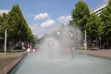 Der Pusteblumenbrunnen auf der Prager Straße wurde 2004 im Zuge der Neugestaltung abgebaut und in Dresden-Prohlis wieder neu gestaltet. Als Symbol des Stadtbildes kehrten 3 Blüten an den alten Standort zurück.
