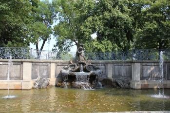 Der Delphinbrunnen befindet sich auf der Brühlschen Terrasse. Die Anlage wurde bereits 1750 im Auftrag von Graf Heinrich von Brühl geschaffen. Im Krieg stark beschädigt, wurde das Wasserspiel 1991 komplett neu aufgebaut.