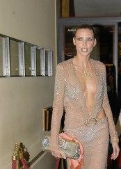 Nadja Auermann zeigt sich selten in der Öffentlichkeit, eine Ausnahme macht sie hier auf einer Aids-Gala. Foto: djd