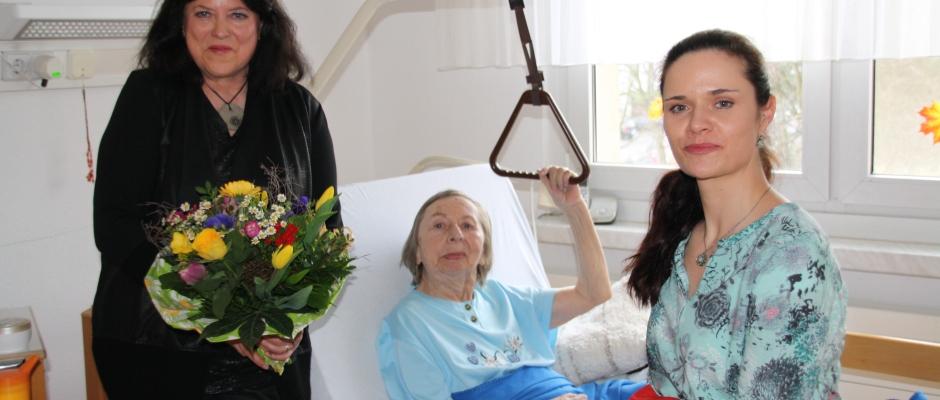 Gudrun Haueis kümmert sich einmal pro Woche um Renate Jahn-Härtig. Juliane Zönnchen von DAWO! übergab ihr diese Woche den Blumenstrauß des Monats. Foto: F. Sommer