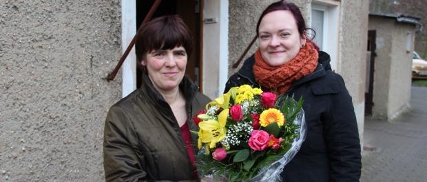 Romy Thee bekam von Franziska Sommer von DAWO! den Blumenstrauß des Monats überreicht. Foto: Dirk Hänig
