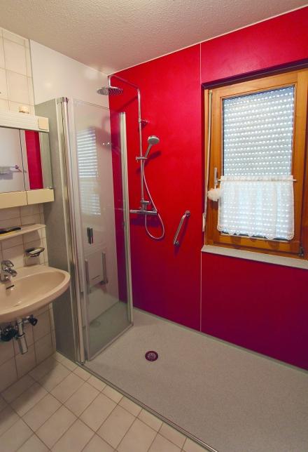 Nachher: Barrierefreie Dusche, wegfaltbare Trennwand, leicht zu reinigen. Foto: PR