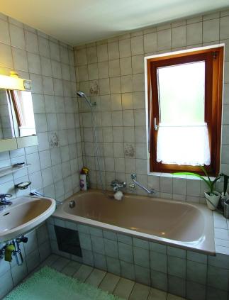 Vorher: Rutschige Badewanne, hoher Einstieg, schwer zu reinigen. Foto: PR
