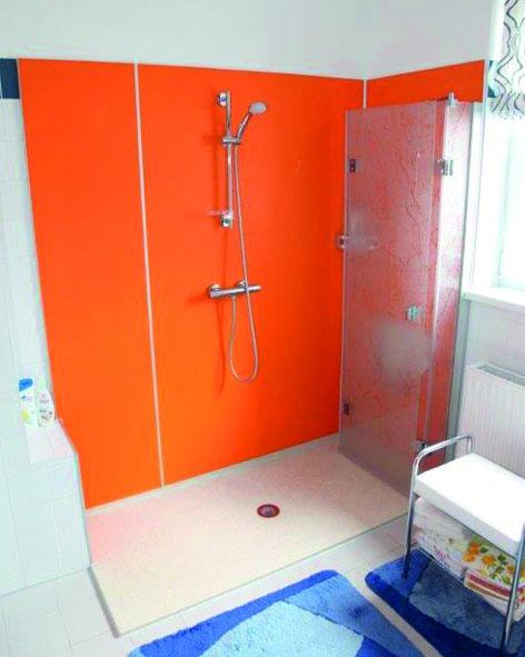 Nachher: Bodenebene, barrierefreie Dusche, wegfaltbare Trennwand, leicht zu reinigen. Foto: PR