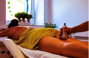 Bei der Kavitationsbehandlung kann man gleichzeitig entspannen und etwas für die Figur tun. Foto: PR