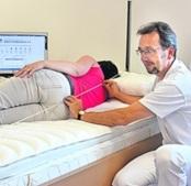 Schlafberater Torsten Röhr findet für jede Person genau die Bettausstattung, welche der Körper für einen erholsamen und beschwerdefreien Schlaf braucht. Foto: PR