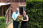 Mike Belschner bekam den Blumenstrauß des Monats von Franziska Sommer von DAWO! überreicht. Foto: D. Hänig