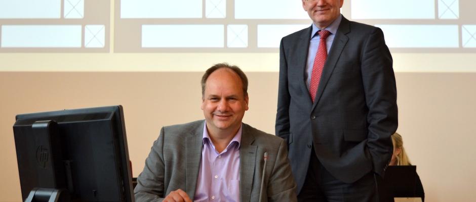 Dresdens OB Dirk Hilbert am Schreibtisch, daneben steht Bürgermeister Peter Lames Foto: Thessa Wolf