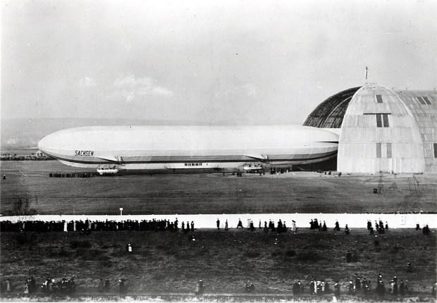Das Luftschiff LZ 17 Sachsen vor der Luftschiffhalle auf dem Kaditzer Flugplatz am 22. Juni 1913 Quelle: Archiv  Verkehrsmuseum Dresden
