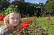 """Die fünfjährige Dea von der benachbarten Kita """"Knirpsenwiese"""" sang ein Froschliedchen zur Geburtstagsfeier der Grünanlage am Carusufer.  Foto: Una Giesecke"""