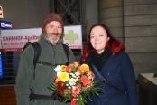 Albrecht Mütze erhielt den Blumenstrauß des Monats von Franziska Sommer vom DAWO!-Team. Foto: DAWO!