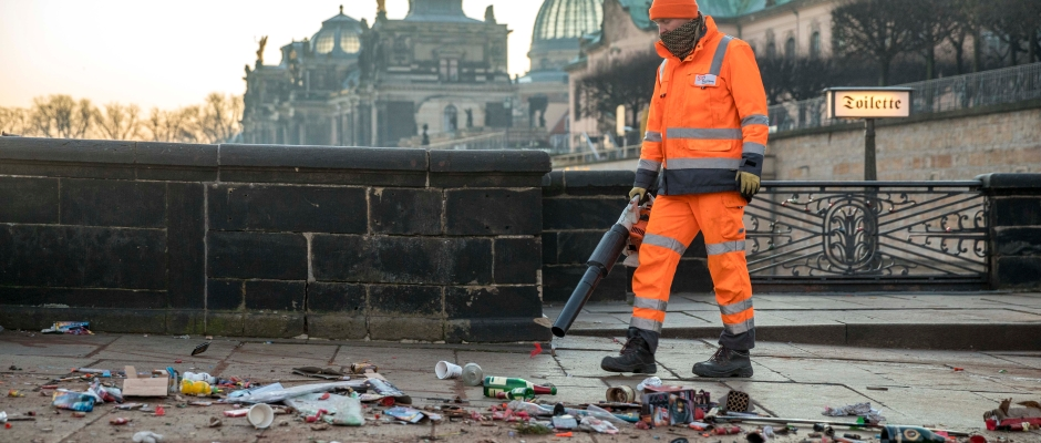 01.01.2017 Dresden Neujahr: Die Stadtreinigung Dresden (SRD) macht nach Silvester auf dem Schlossplatz und der Augustusbrücke sauber. Foto: Eric Münch