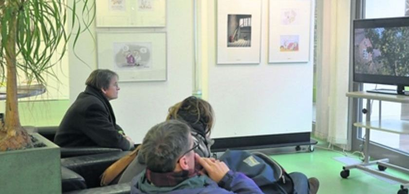 Neben den besten Beiträgen zum Deutschen Karikaturenpreis werden auch Filme gezeigt und witzige Postkarten oder Tassen verkauft. Foto: Una Giesecke