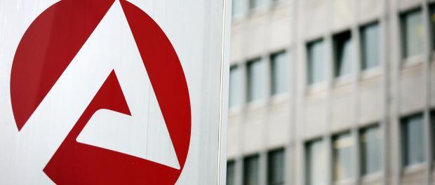 Schild mit Logo der Bundesagentur für Arbeit vor einem Gebäude. Foto: Oliver Berg/Archiv
