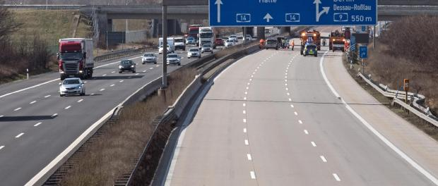 Die Autobahn 14 am Schkeuditzer Kreuz bei Schkeuditz (Sachsen). Foto: Hendrik Schmidt/Archiv