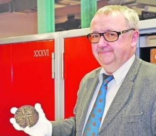 Im Depot des Dresdner Münzkabinetts überwacht Direktor Rainer Grund 300.000 kostbare Stücke. Im Dezember soll die Dauerschau wieder zu sehen sein. Foto: Una Giesecke