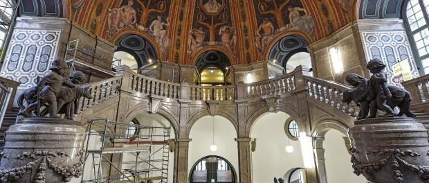 In der frisch sanierten Kuppelhalle im Rathaus stehen schon wieder Baugerüste. Foto: Holm Helis