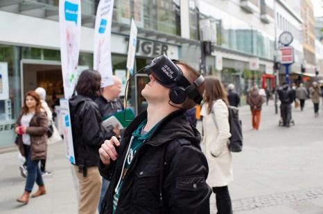 Ein Teilnehmer nutzt die Virtual Reality-Brille der iAnimal-Aktion. Foto: iAnimal © Rieke Petter