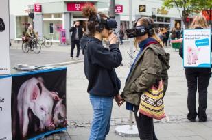 Zwei Teilnehmerinnen sehen durch die Augen der Tiere. Foto: iAnimal © Julia Diedrich