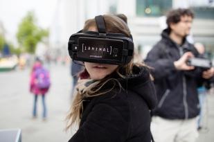 Eine Teilnehmerin der Aktion iAnimal nutzt die Virtual Reality-Brille. Foto: iAnimal © Rieke Petter
