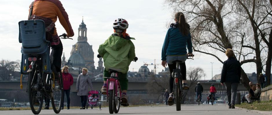 Radfahrer fahren durch Dresden Foto: Sebastian Kahnert/Archiv