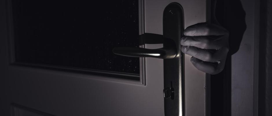 Eine Person bricht in eine Wohnung ein (Symbol). Foto: Nicolas Armer/Archiv
