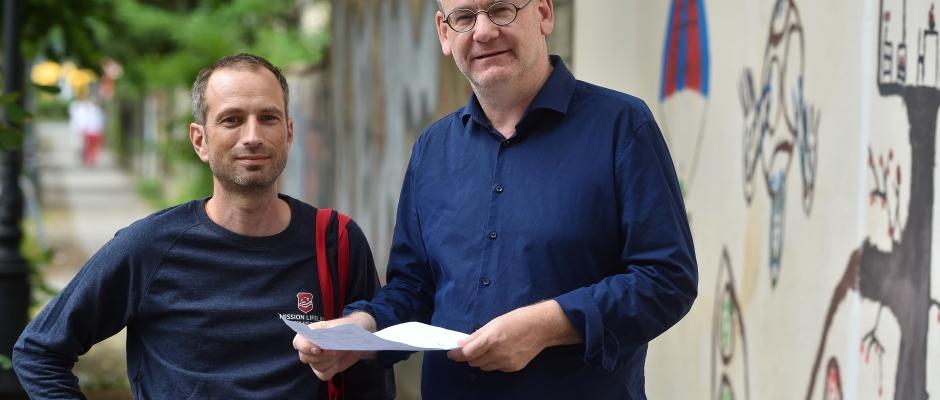 """""""Mission Lifeline""""-Vorstand Axel Steier (l.) mit Anwalt Johannes Lichdi. Foto: Holm Helis"""