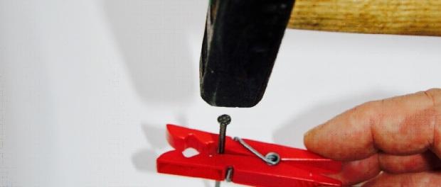 Mit einer Wäscheklammer kann man sich aushelfen, wenn man einen Nagel in die Wand schlagen will. Foto: Jörg Hennig