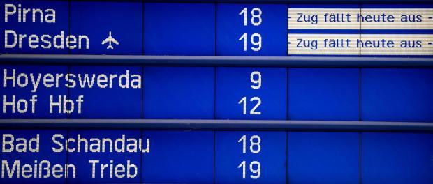 Eine Hinweistafel in Dresden weist auf Ausfälle und Verspätungen hin. Foto: Arno Burgi/Archiv