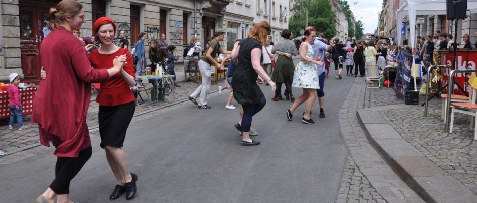 Tanz an der Ecke Kamenzer/Schönfelder Straße Foto: Una Giesecke