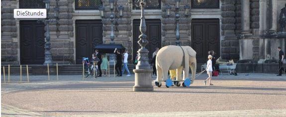 Eine Elefantenfigur wird über den Theaterplatz gezogen - sie gehört zum Theaterstück der Bürgerbühne