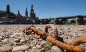 Eine Kette liegt im trockenen Flussbett am Ufer der Elbe in Dresden.Foto: Sebastian Kahnert/Archiv