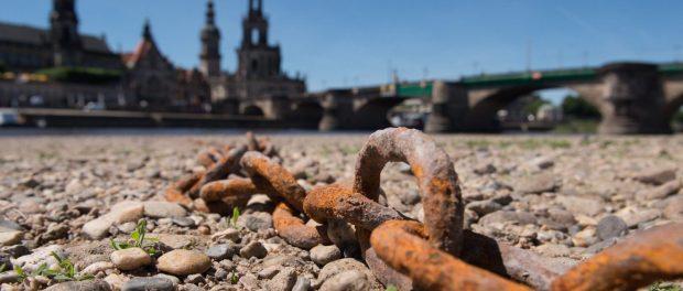 Eine Kette liegt im torckenen Flussbett am Ufer der Elbe in Dresden.Foto: Sebastian Kahnert/Archiv