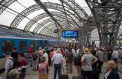 Zugreisende warten auf einem Gleis im Hauptbahnhof in Dresden. Foto: Arno Burgi