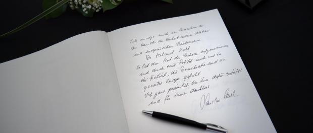 Der Eintrag des Ministerpräsident, Stanislaw Tillich (CDU) in einem Kondolenzbuch. Foto: Arno Burgi