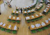 Saaldienerin verteilt im Sächsischen Landtag Unterlagen für die Abgeordneten. Foto: M.Hiekel/Archiv