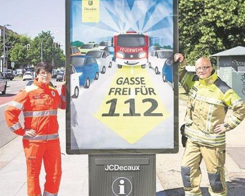 Rettungsassistentin Jadwiga Richter und Hauptbrandmeister Rainer Jonas hoffen, dass im Notfall viele Dresdner eine Rettungsgasse bilden. Foto: Sven Ellger
