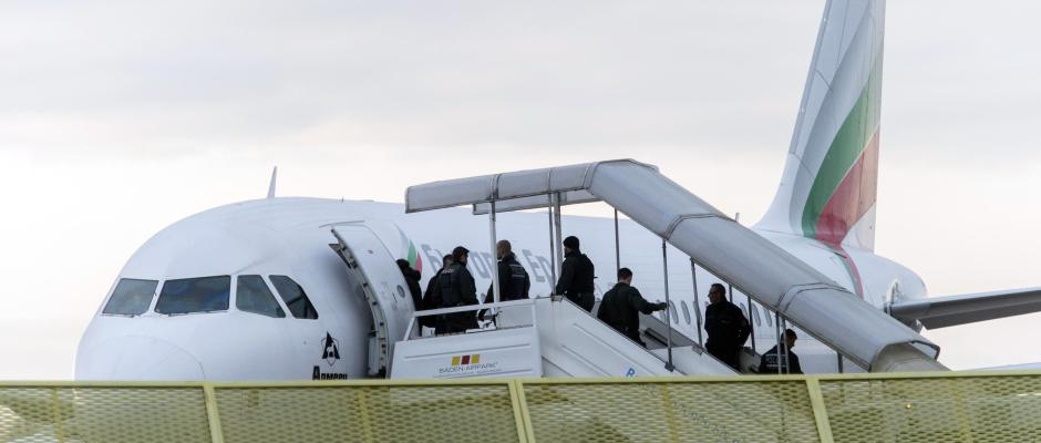Asylbewerber steigen in ein Flugzeug. Foto: Daniel Maurer/Archiv