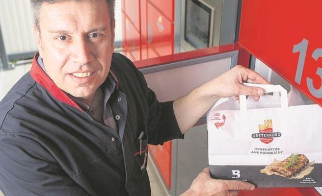 Viele Dresdner kommen nicht dazu, vor 18 Uhr einzukaufen. Darauf reagiert jetzt Dietmar Gretenkord hat in seinem Geschäft in der Südvorstadt in gekühlte 24-Stunden-Schließfächer investiert. Foto: Sven Ellger