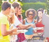 Beim Grillen kommen alle zusammen. Foto: Foto: epr/©Monkey Business - Fotolia.com