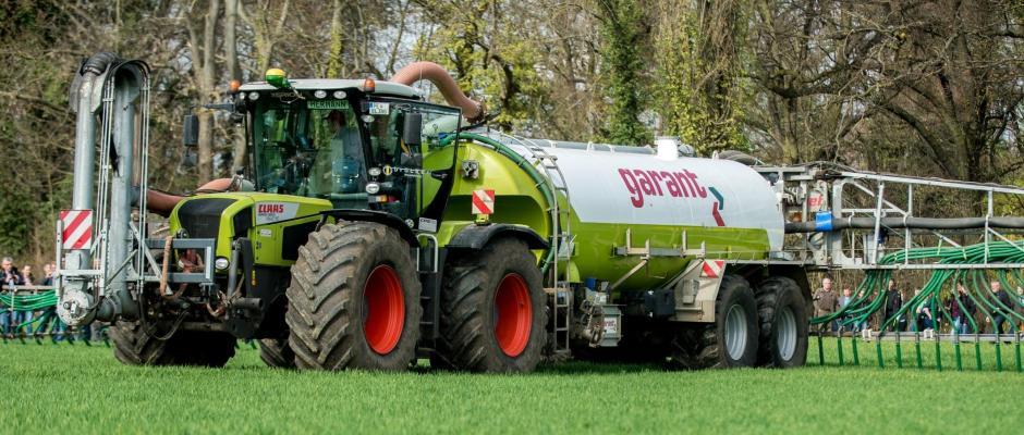 Organischer Dünger wird von einem Traktor ausgebracht. Foto: Hauke-Christian Dittrich/Archiv