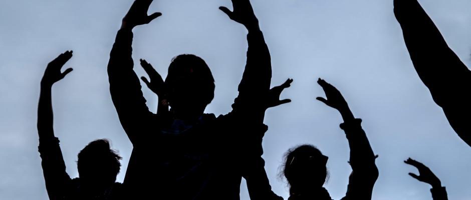 Passanten tanzen zur Eröffnung des Tanzkongresses. Foto: Peter Steffen/Archiv