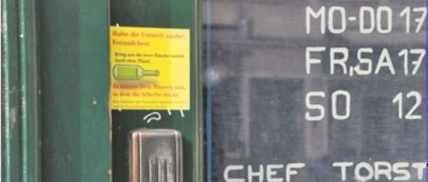 """""""Halte die Umwelt sauber, Freundchen!"""", bitten die Aufkleber an Spätshops im Szeneviertel. Foto: Una Giesecke"""