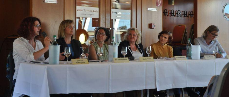 Christine Schlagehan (FDP Görlitz), Simone Raatz (SPD Freiberg), Monika Lazar (Grüne Leipzig), Charlie Bethmann (Moderation), Katja Kipping (Linkenchefin), Christiane Schenderlein (CDU) am 14. Juni auf dem Salonschiff