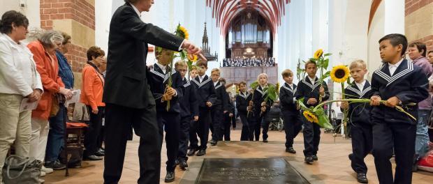 14 neue Thomaner der 4. und 5. Klasse mit Thomaskantor Gotthold Schwarz. Foto: Rainer Könen/Archiv