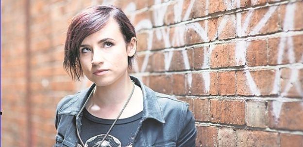 """Hat 160 000 Follower auf Twitter – Laurie Penny liest in Dresden aus ihrer """"Bitch Doktrin"""". Foto: Jon Cartwright"""
