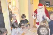 Der Weihnachtsmann besucht die kleinen Plätzchenbäcker, die bei Jobmedica zur Adventsüberraschung eingeladen waren