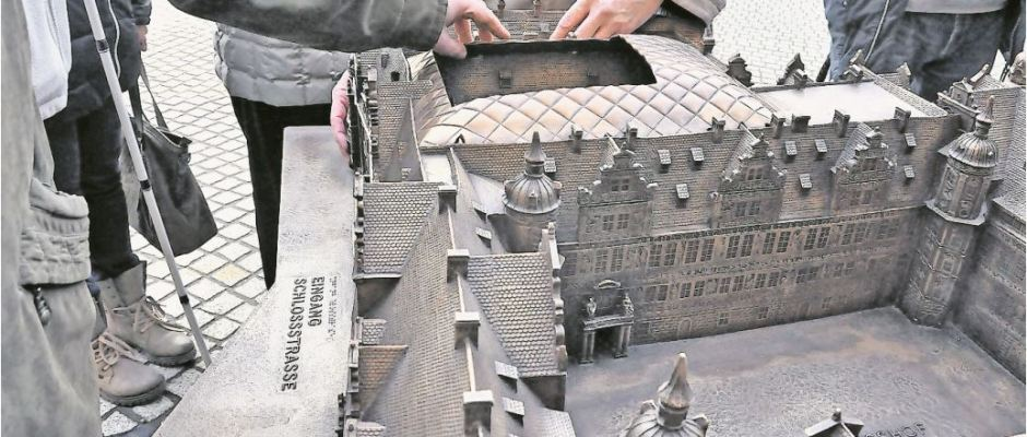Blinde und Sehschwache, aber auch Sehende können seit 13. Dezember vorm Eingang zum Dresdner Residenzschloss dessen Tastmodell anfassen. Foto: Una Giesecke